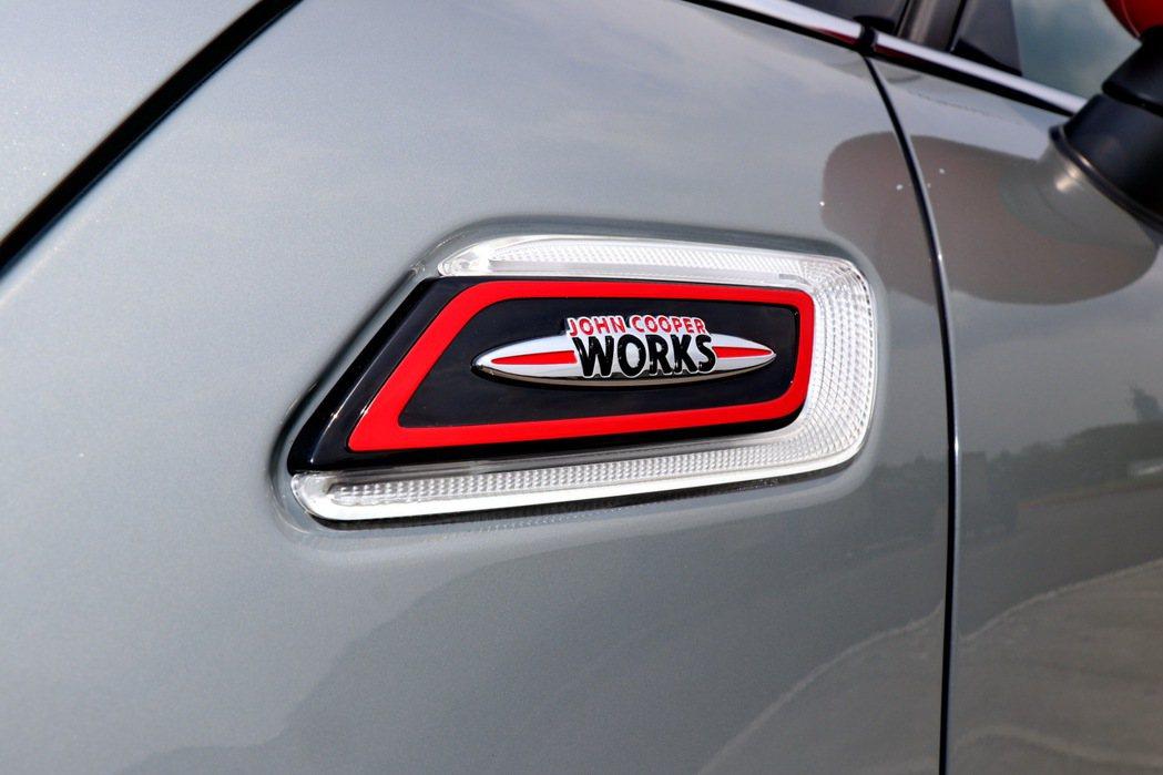 車側的專屬徽飾整合方向燈設計。 記者陳威任/攝影