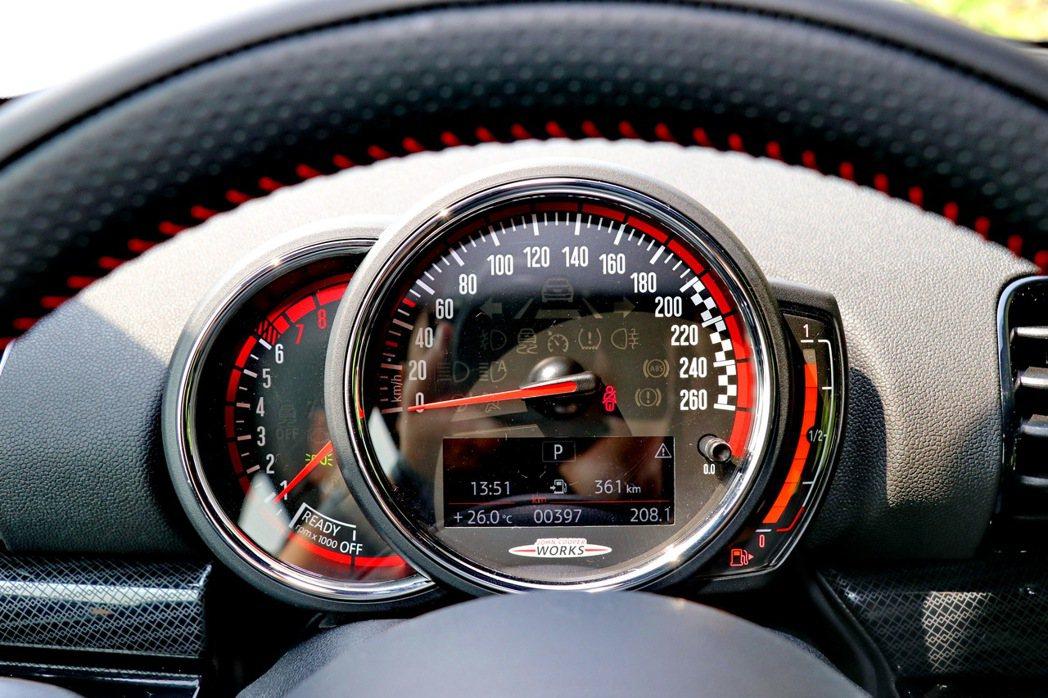 傳統形式的儀表板設計。 記者陳威任/攝影