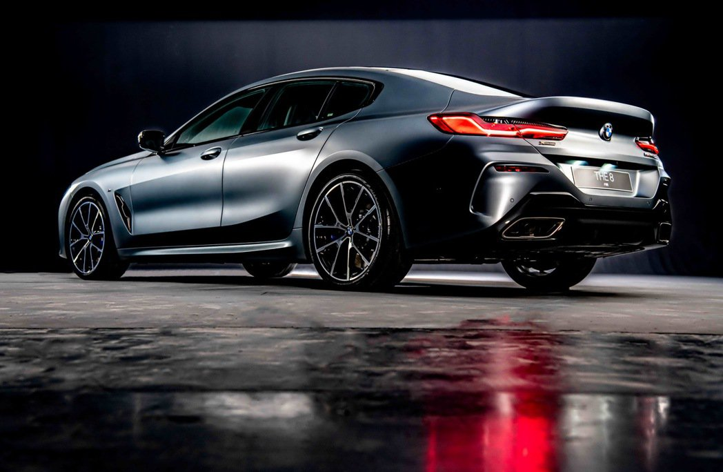 辨識度極高的車尾造型搭配極具流動感的3D立體LED尾燈,塑造出全新BMW 8系列...