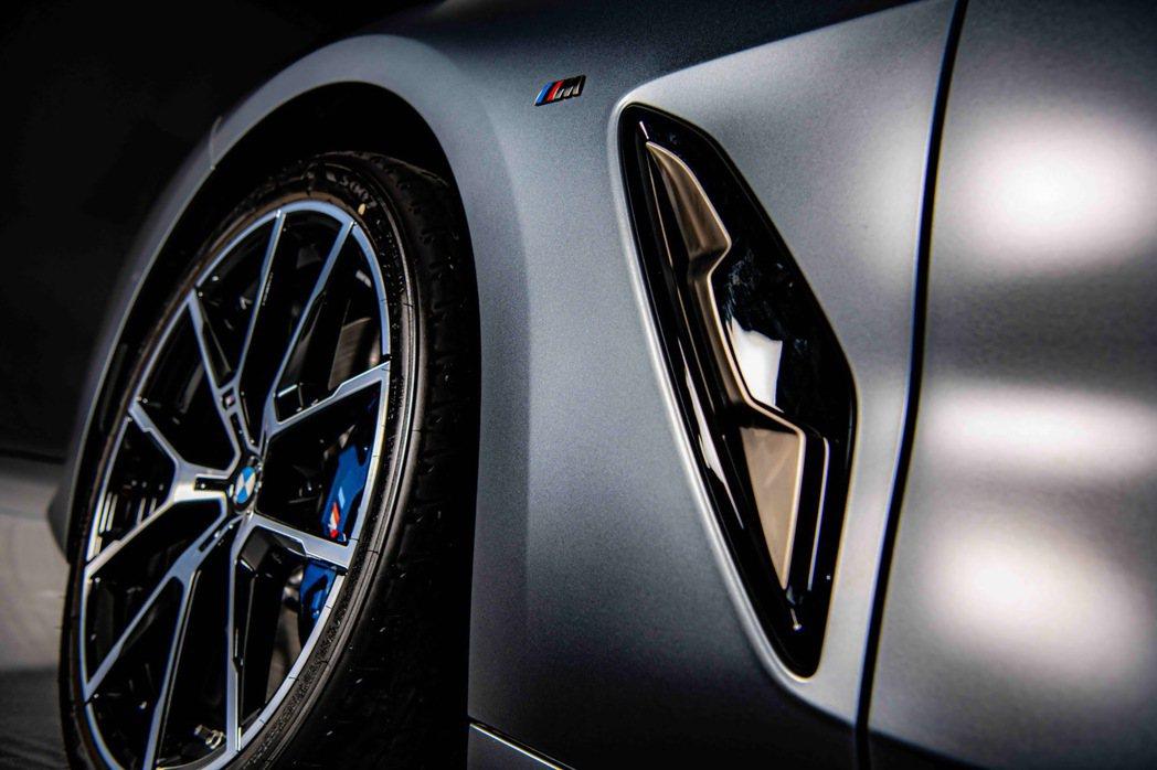 後葉子板的肌理線條及後保桿的導流孔道設計,搭配20吋M款Y輻式輪圈,挹注猶如賽車...