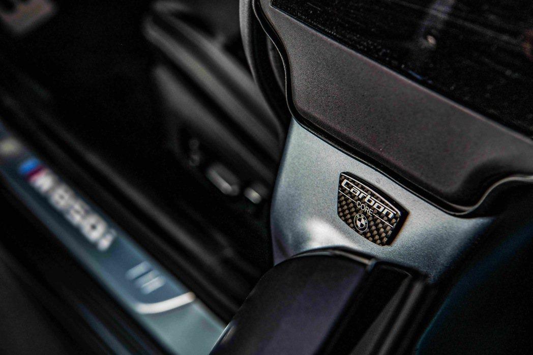 由CFRP碳纖維複合材質、鋁和鎂合金打造的輕量化車體結構,賦予全新BMW 8系列...
