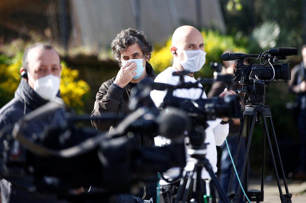 英國媒體等待採訪。 圖/路透社