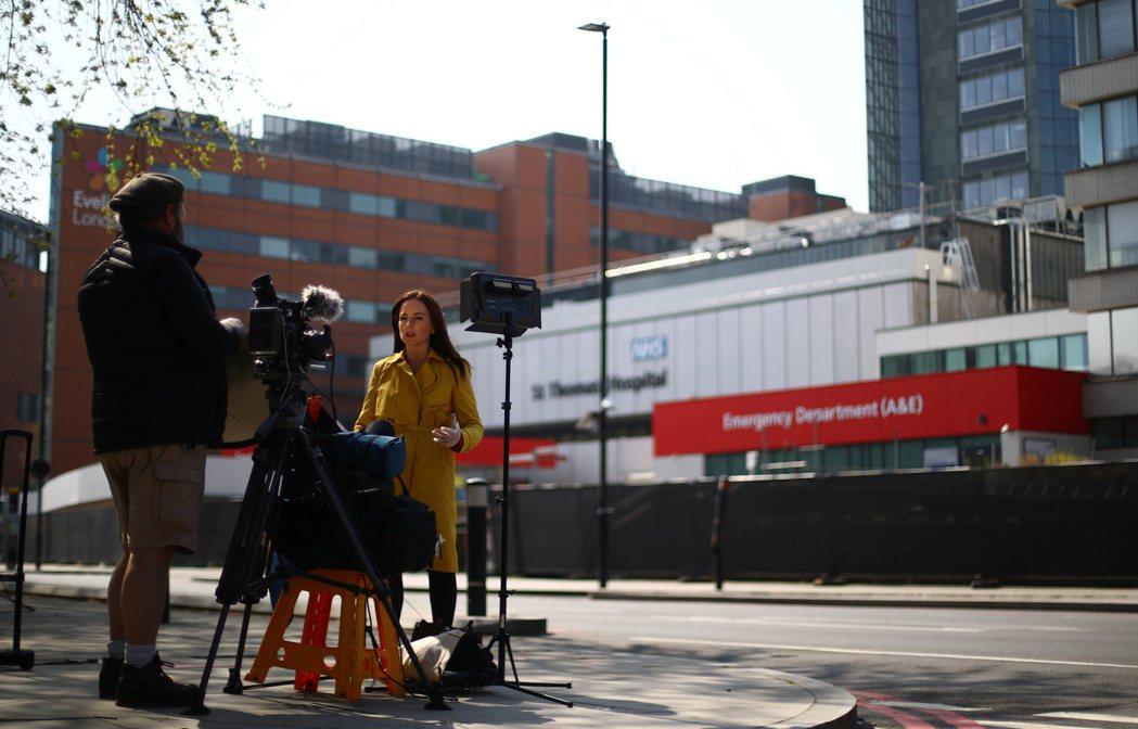 英國媒體在聖湯瑪士醫院外連線採訪。 圖/路透社