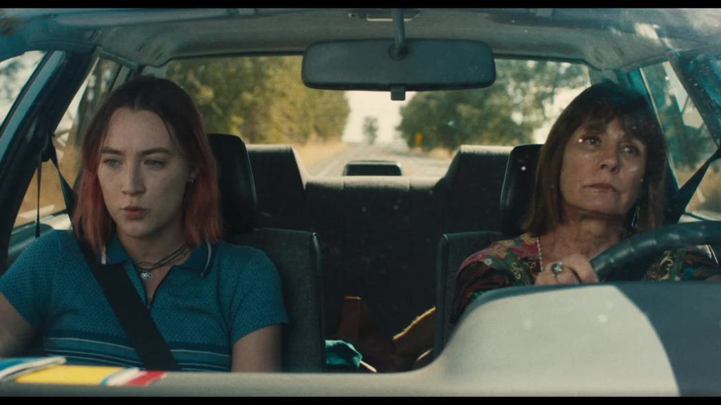 《淑女鳥》的片頭始於母女倆在車內的對話,隱喻了兩人關係的糾葛將是本片的關鍵元素。...