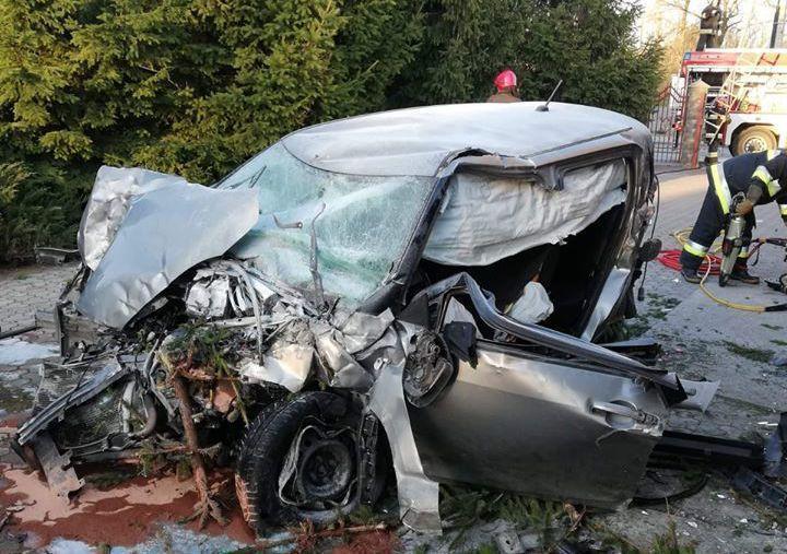 肇事Swift幾乎全毀,但車體剛性足夠駕駛保住一命。 摘自Policja Woj...