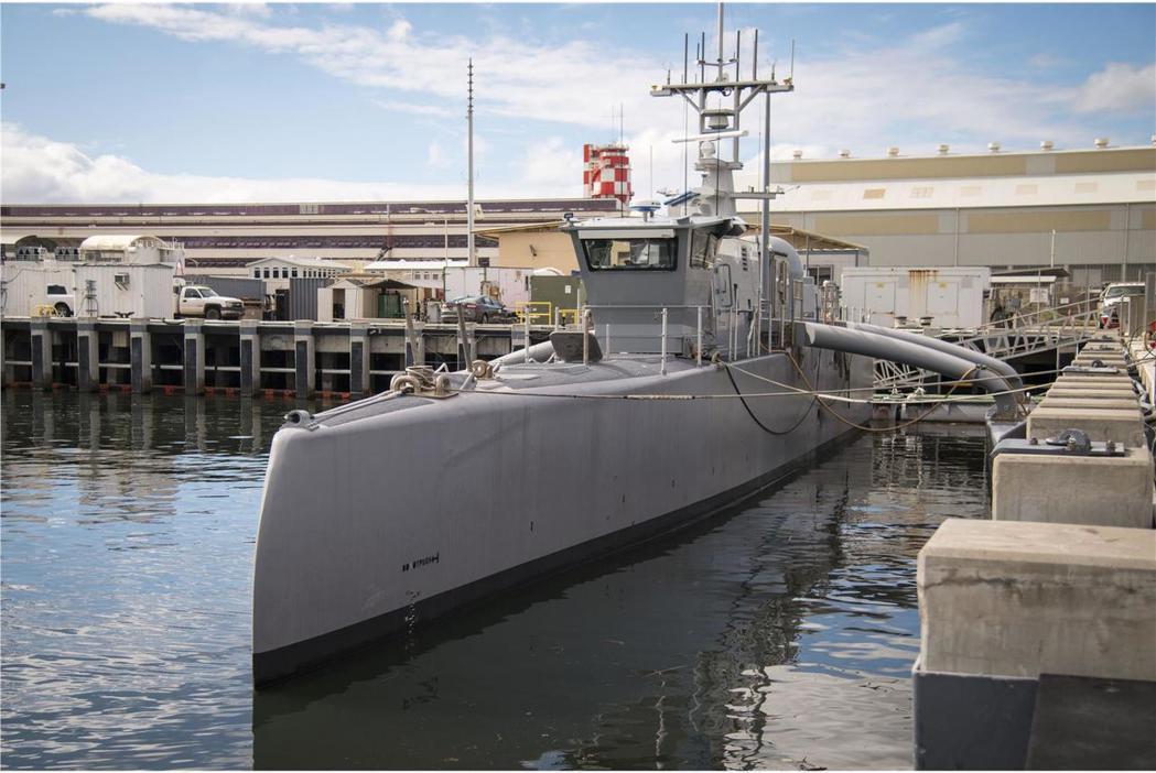 停泊於夏威夷珍珠港的「海獵人號」無人反潛艦。 圖/美國海軍
