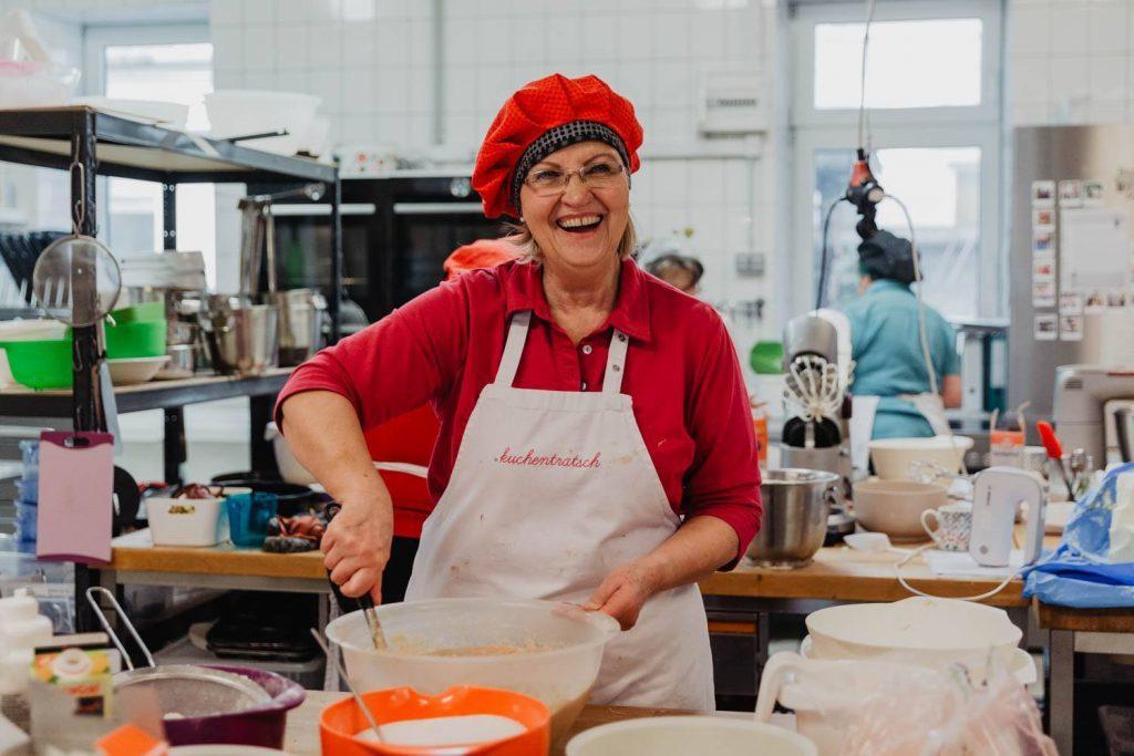 製作蛋糕中的Irene奶奶。 圖/Mona Gaida and Reiner H...