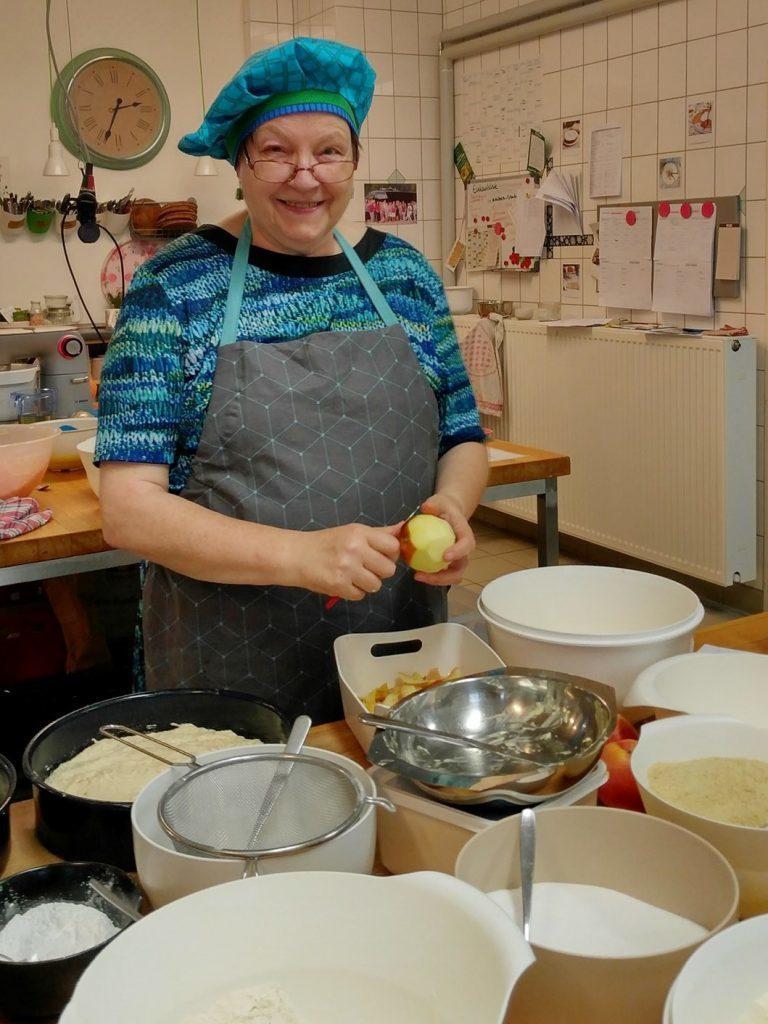 製作蛋糕中的Renate奶奶 圖/Kuchentratsch