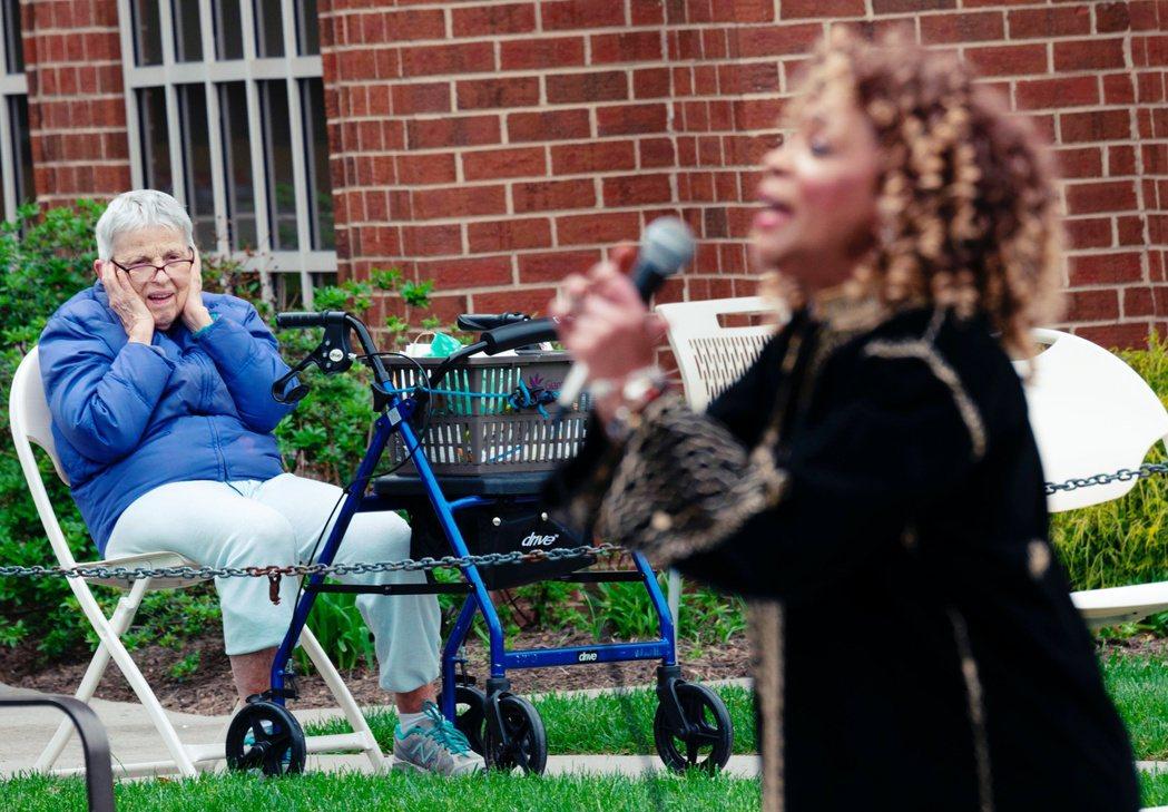 美國維吉尼亞州的阿靈頓「古德溫安養中心」,一名老奶奶正摀著耳朵、表情絕妙地聽著黑...