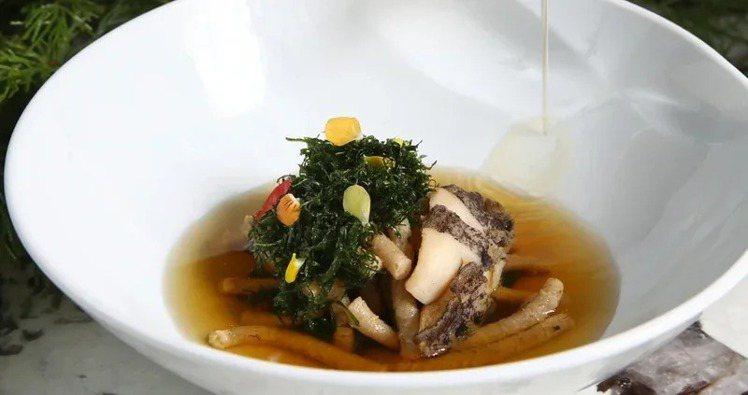 口味鹹香的帕薩帖利鮑魚鴨湯,每份680元。記者蘇健忠/攝影