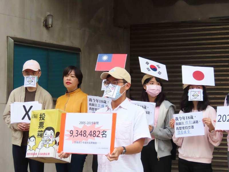 十八歲公民權推動聯盟15日以行動劇表達18歲不能投票為世界少數國家僅有的現象。(photo by 施凱文/台灣醒報)