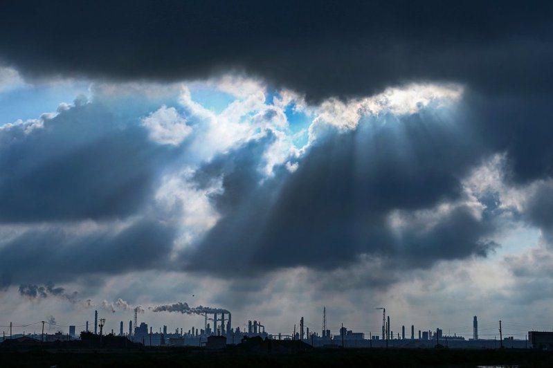 新冠肺炎疫情讓全球經濟烏雲罩頂,供應鏈斷鏈、大洗牌,卻也意外為台灣帶來加入原來封閉供應鏈的曙光。 (王建棟攝)