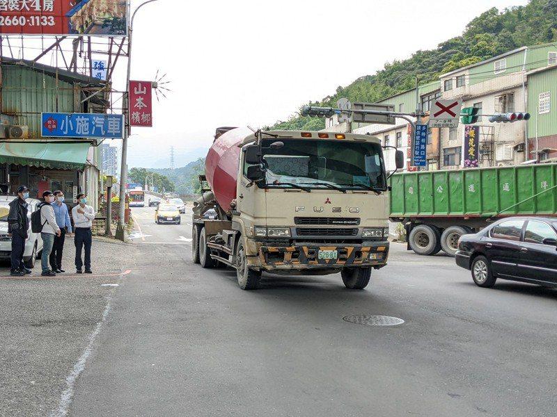 汐止區大同路往台北方向調撥車道使用率偏低,市議員廖先翔會勘,在新台五路口調撥車道,也能夠跟著左轉。 圖/觀天下有線電視提供