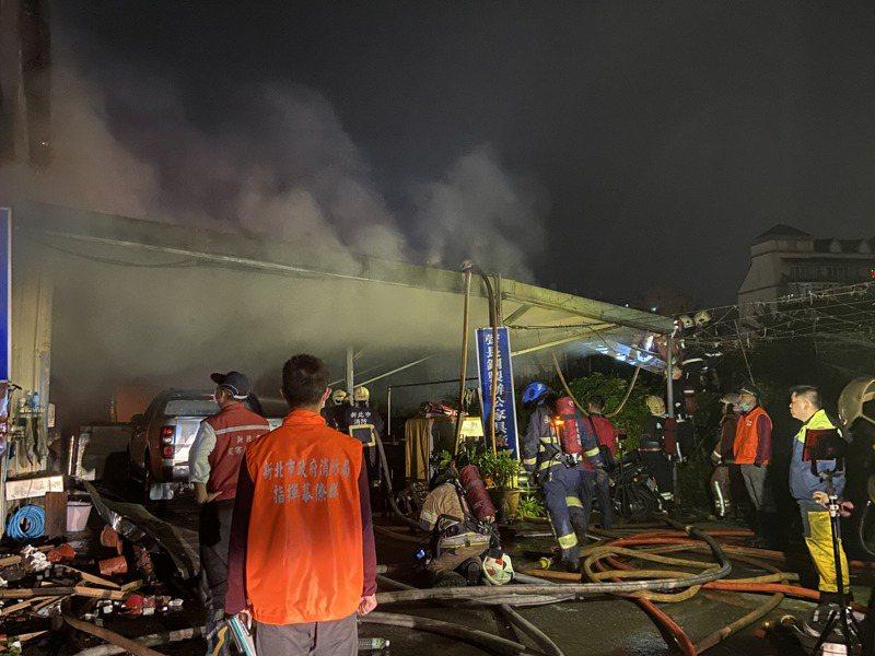 現場煙霧瀰漫,火勢燃燒面積約1千2百坪。記者柯毓庭/攝影