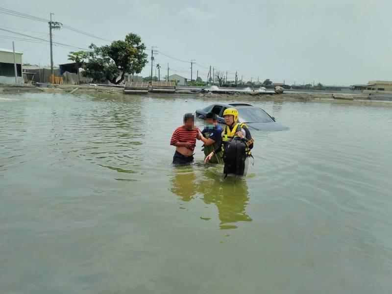 駕駛恍神開車衝進魚池,所幸過程中並無造成任何傷亡。記者陳弘逸/翻攝