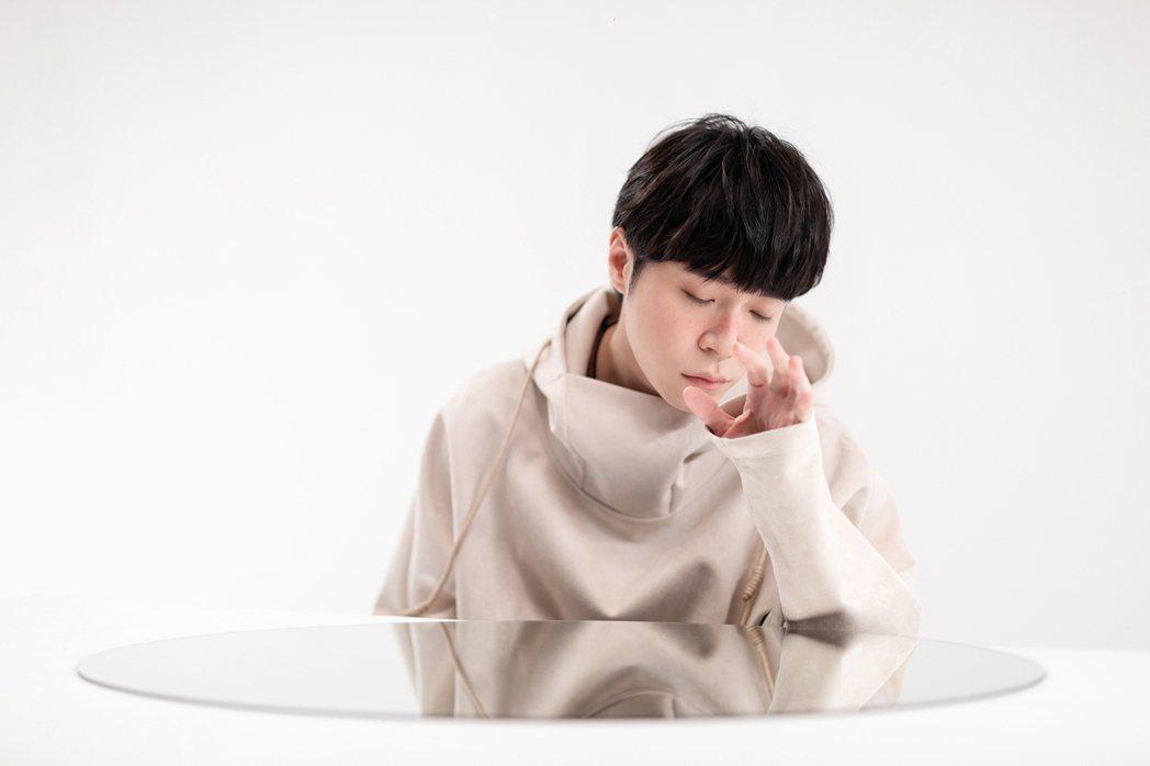 吳青峰邀請歌迷一起尋找MV的暗藏巧思。圖/環球音樂提供