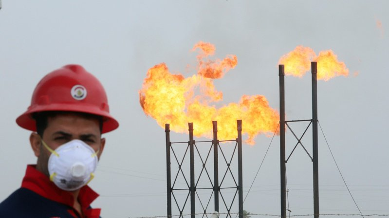 紐約原油期貨14日收盤大跌10%。(圖/路透)