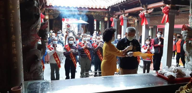 今天媽祖誕辰,朴子市配天宮上午7點舉行祭典,參與祭典廟方人員及來賓都全程戴口罩。 圖/配天宮提供