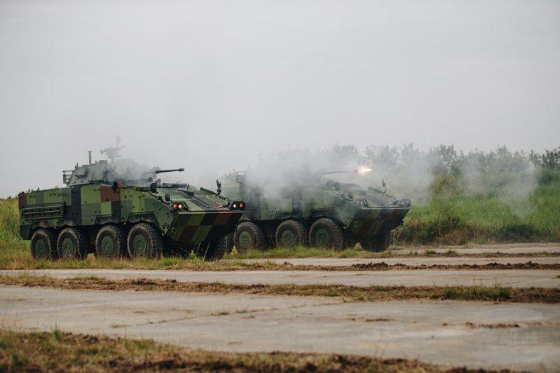 國軍陸續撥交服役的雲豹CM-34型30公厘機砲輪型戰鬥車,昨日集結陸軍南區聯合測考中心進行射擊訓練,驗證30機砲射控砲塔的性能。圖:軍聞社