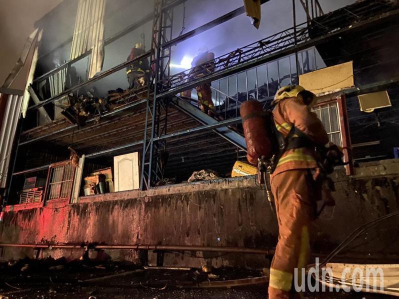 消防人員進入二樓內搜索。記者柯毓庭/攝影