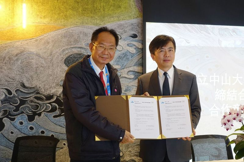 中山大學副校長陳陽(左)、雲朗觀光集團總經理盛治仁簽署MOU。圖/中山大學提供