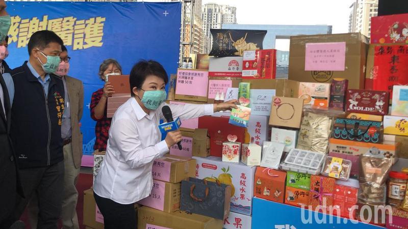 台中市長盧秀介紹來自企業團體、商圈捐贈的物資,小到超商一盒餅乾大到一口氣捐萬瓶飲料「有愛最重要。」記者陳秋雲/攝影