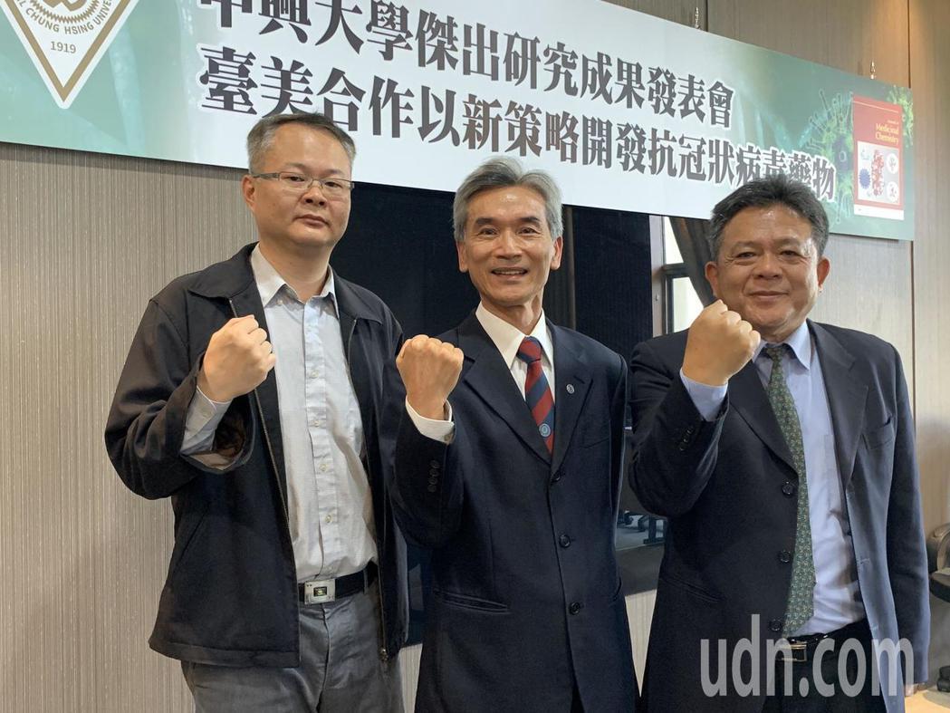 中興大學基因體暨生物資訊所教授侯明宏(左一)的研究團隊與美國喬治梅森大學合作,提...