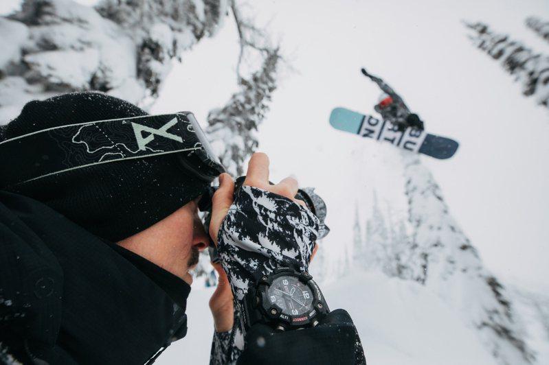 G-Shock再次推出與滑雪板品牌BURTON合作,將高山森林雪景與迷彩結合,創造了GG-B100BTN-1A腕表。圖/Casio提供