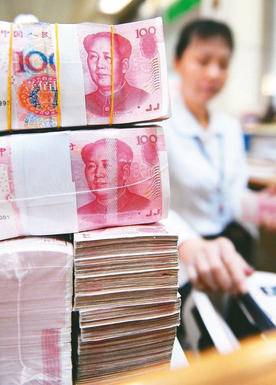 人行今加碼進行人民幣1,000億元1年期MLF(中期借貸便利)操作,還調降利率,形同變相降息。新華社資料照片