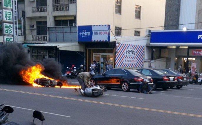 機車起火燒得恐怖,讓旁邊店家擔心趕緊報消防隊救火,機車騎士也嚇得癱坐一旁。記者蔡維斌/翻攝