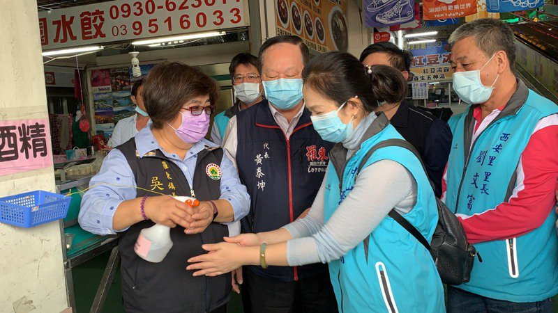 羅東鎮長吳秋齡(左一)今天走進傳統市場,鼓勵民眾多採買消費。圖/鎮公所提供