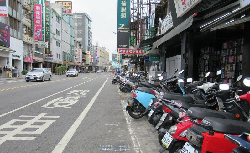 台南市政府交通局為兼顧台南火車站前北門路段的停車需求及交通秩序,一側畫紅線禁止臨停,一側畫設機車格位。圖/交通局提供