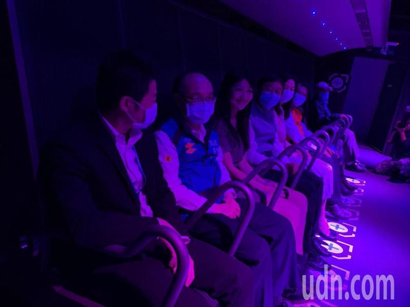 台北市教育局長曾燦金體驗i-Ride TAIPEI 5D飛行劇場。記者趙宥寧/攝影