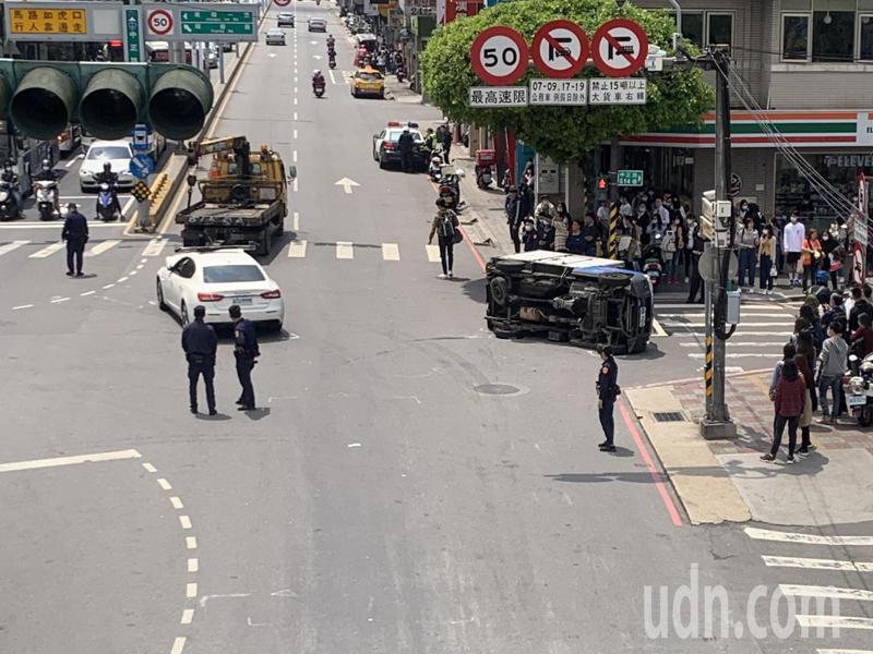 警方已在中正路與建國一路口進行交管,並派吊車要將事故車輛吊離。記者巫鴻瑋/攝影