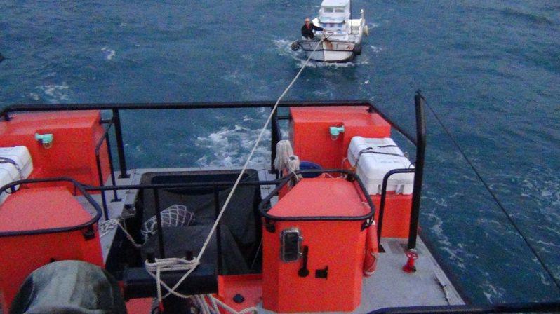 八斗子漁船象鼻岩失動力漂流,海巡馳援拖帶返港解危。記者游明煌/翻攝