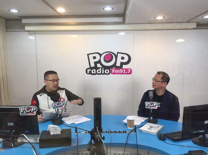 中職會長吳志揚(右)上廣播節目訪談。記者吳敏欣/攝影