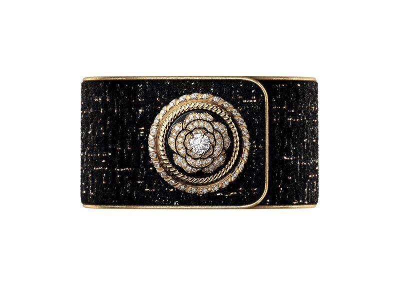 香奈兒Mademoiselle Privé鈕扣神秘腕表—山茶花,18K黃金與白金、鑽石、黑金色斜紋軟呢表帶搭配金色小牛皮緄邊、石英機芯,227萬2,000元,限量發行55只。圖/香奈兒提供