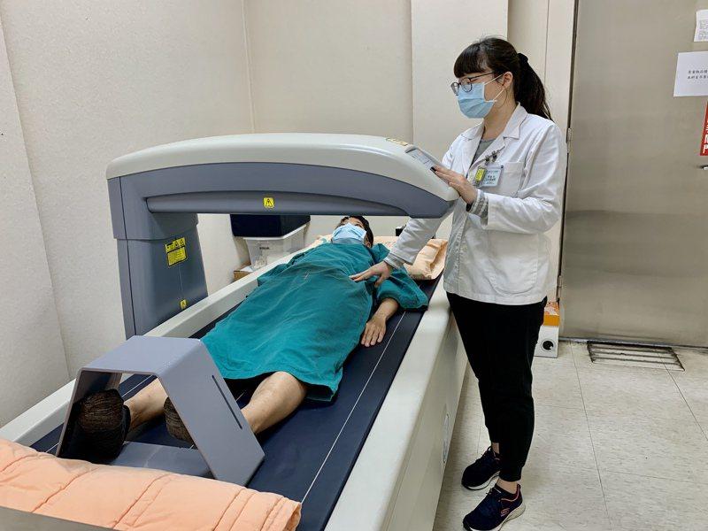「活力得中山脊椎外科醫院」放射科組長侯辰芳(右)指出,新式的雙能量X光骨質密度檢測的準確性及精密度高,整個檢查過程快速、輕鬆。照片/業者提供