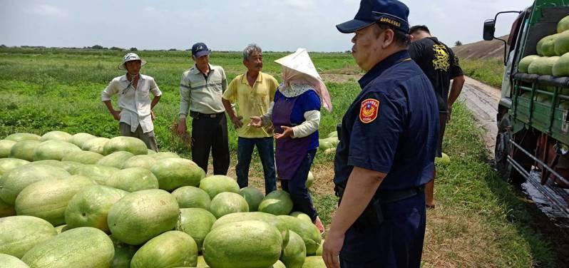 防疫兼守護瓜農  學甲警方日來辛苦巡邏西瓜田,相當辛苦。圖/警方提供