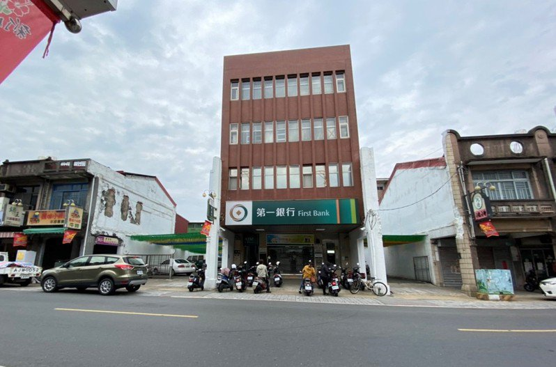 第一銀行新化分行兩側各有3棟老屋被拆掉。圖/郭國文提供