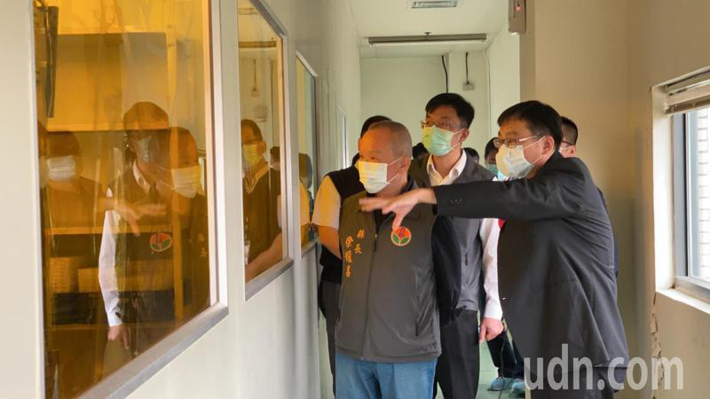 苗栗縣長徐耀昌(左一)今參訪望隼科技。記者劉星君/攝影