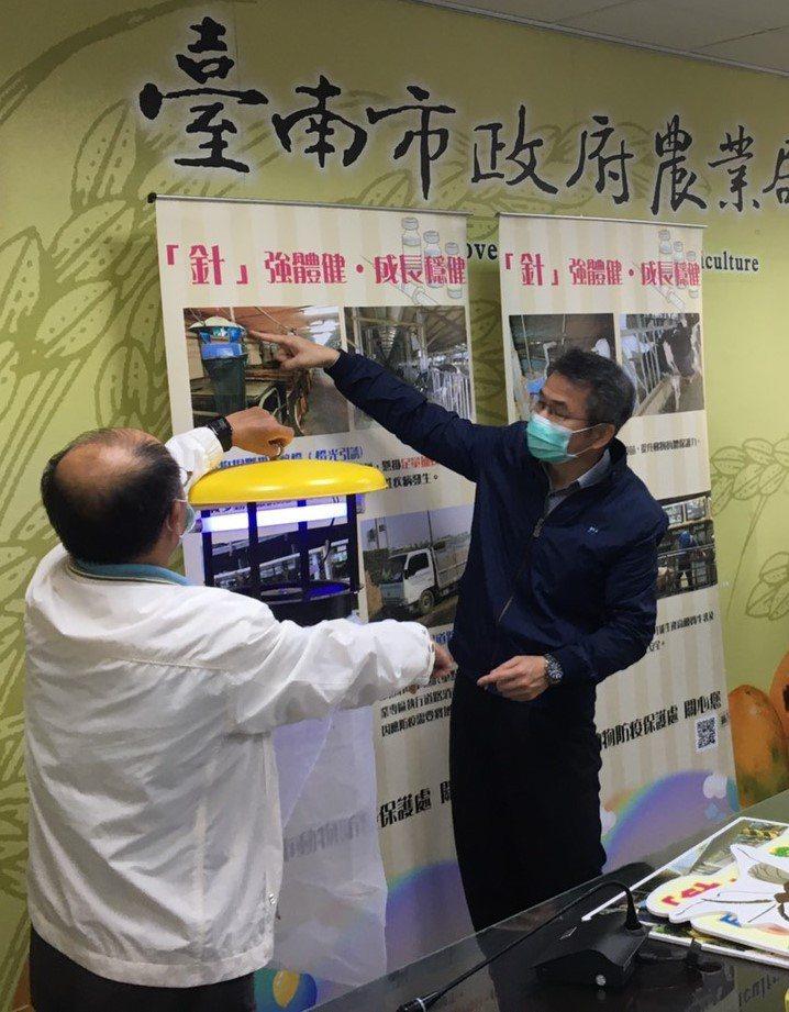 台南市動保處舉行記者會,動保處長吳名彬(右一)提醒畜牧業者留意豬隻日本腦炎及牛流行熱。圖/台南市動保處提供