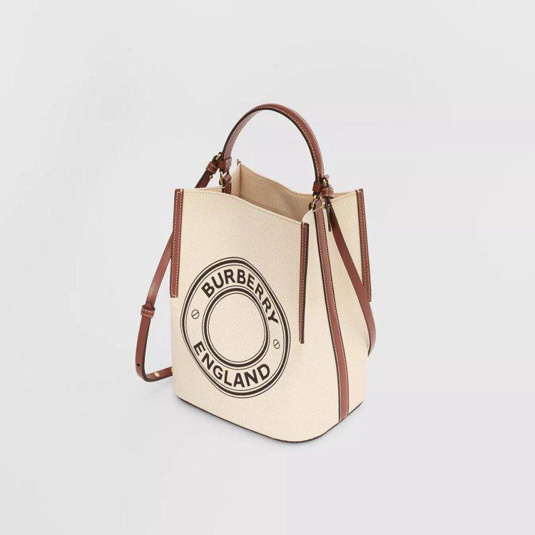 小型標誌圖案棉質帆布Peggy自然色水桶包,售價48,500元。圖/取自BURB...