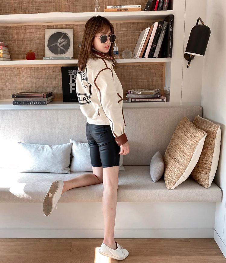 Melody身穿標誌圖案棉質帆布羔羊皮外套,露出雪白長腿。圖/取自IG