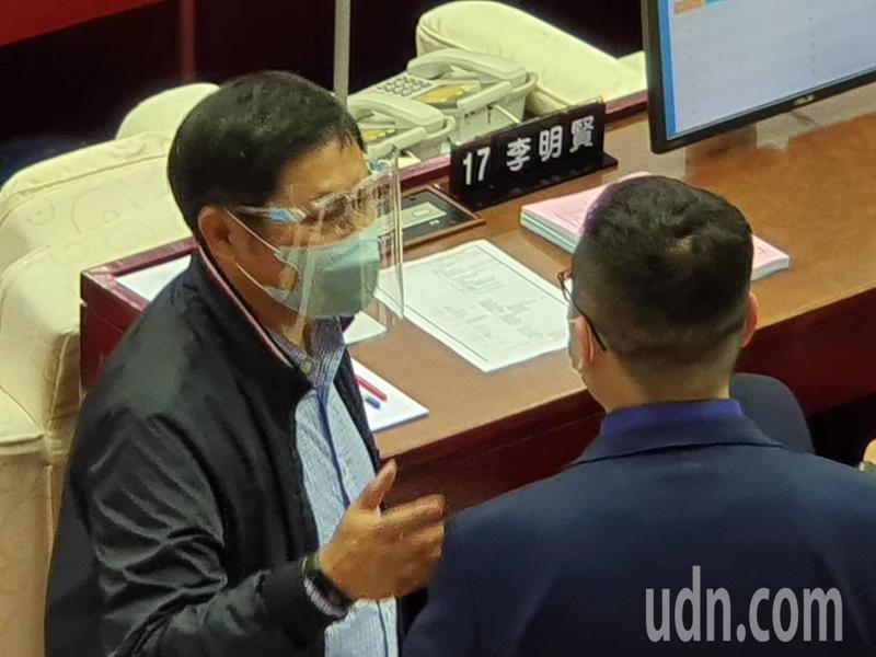 北市議會開議,市議員防疫「超前部署」,除了口罩,還戴面罩進場。記者楊正海/攝影