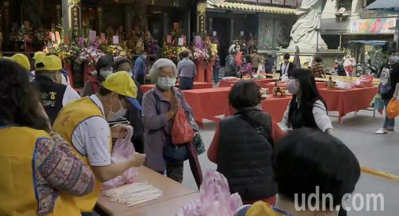 今媽祖生基隆慶安宮人流管制,內殿限百人、金紙集中燒。記者游明煌/攝影