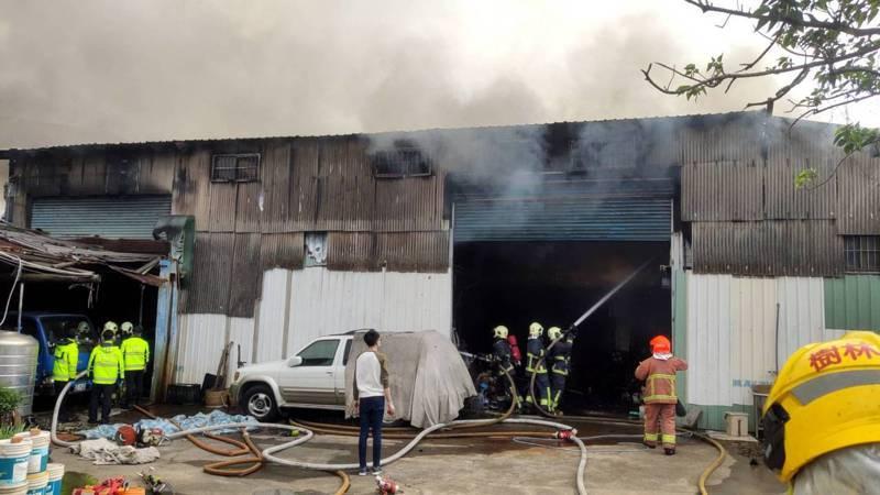 消防單位出動50名人力前往起火工廠救援,所幸無人傷亡受困。記者巫鴻瑋/翻攝