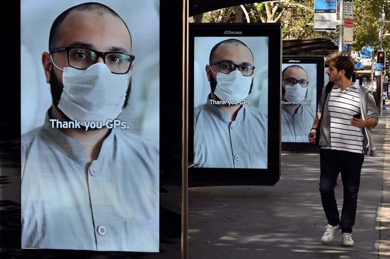 澳洲雪梨街頭的廣告看板向醫護人員致敬。法新社
