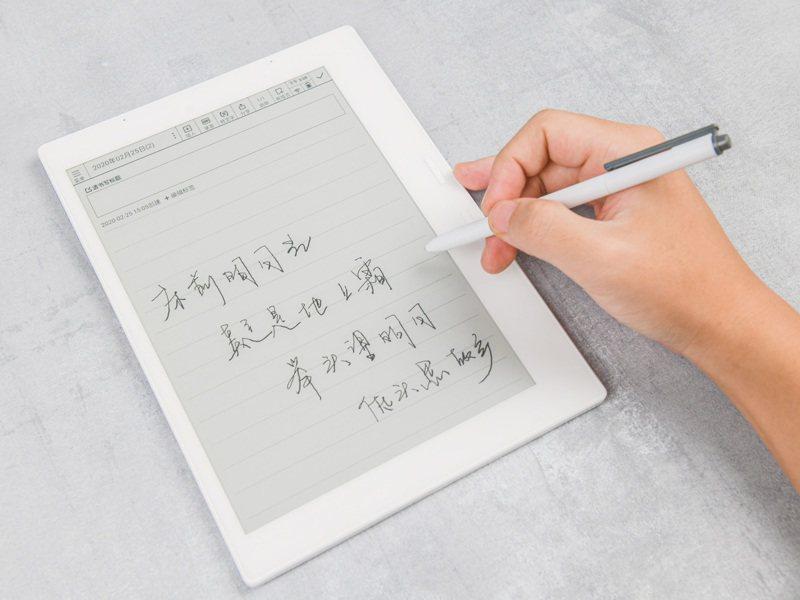 搭配時序控制晶片T1000的電子紙筆記本,電子紙筆寫顯示如同傳統紙張書寫一般流暢。元太/提供