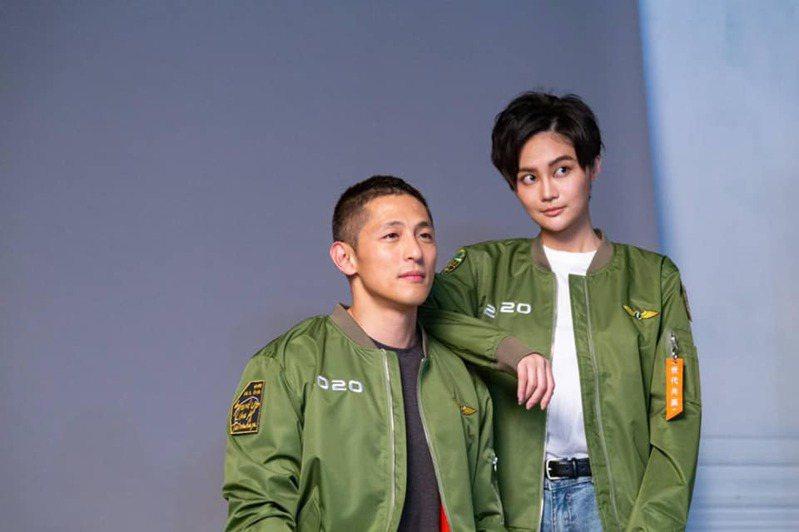 民進黨推出勝利版飛行夾克。圖/民進黨提供